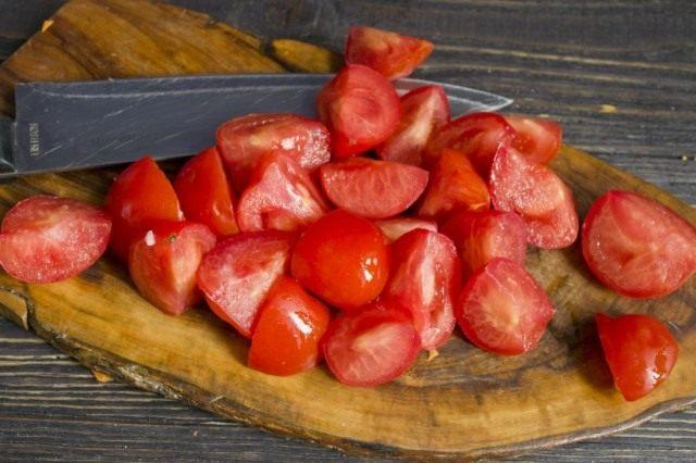 Распаренные помидоры протираем через сито