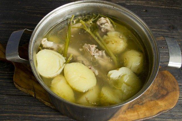 В кипящий бульон добавляем картофель