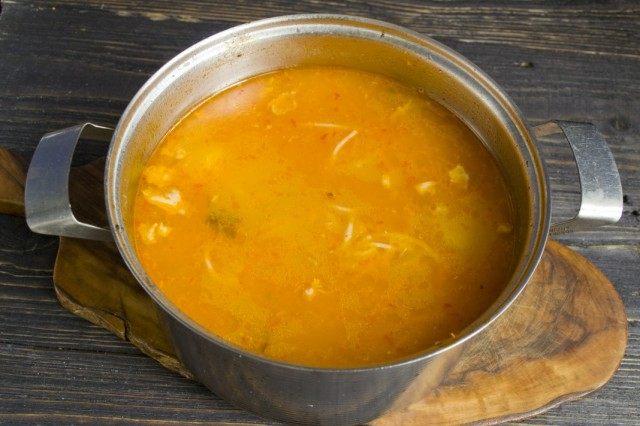 Вынимаем из супа мясо и коренья. Добавляем оставшиеся ингредиенты.