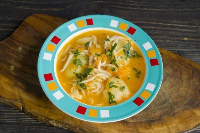Суп чорба подается горячим, приправленный зеленью