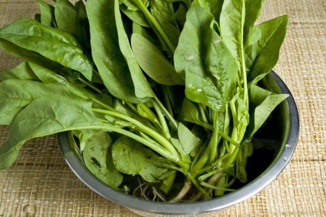 Тщательно промываем зелень шпината