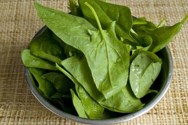 Обрываем листья шпината