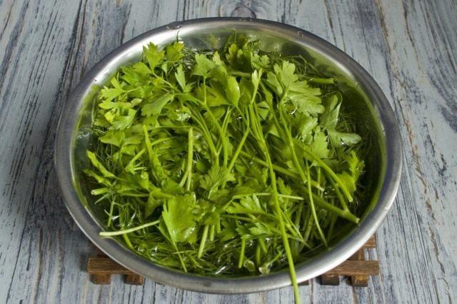 Промываем петрушку, зелёный лук и побеги чеснока