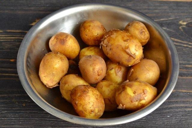 Отвариваем молодой картофель