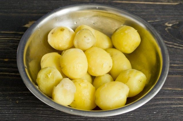 Очищаем отваренный картофель