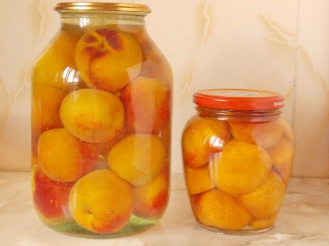 Заливаем банки с персиками сиропом