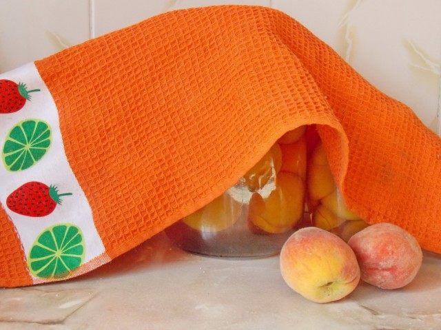 После третьего залития персиков сиропом закручиваем банки