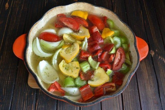 Выкладываем курицу из бульона и выкладываем в него овощи и специи