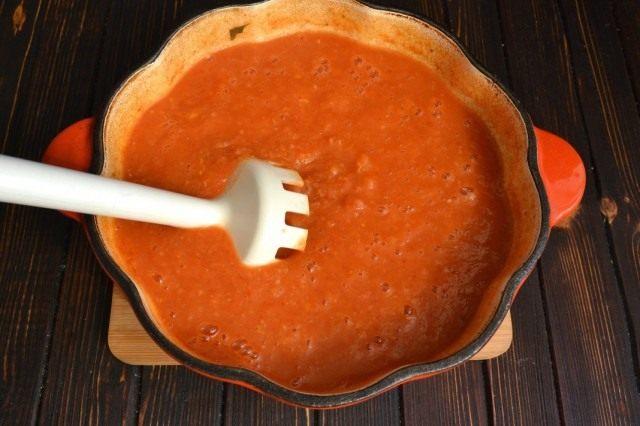 Измельчаем готовый суп блендером
