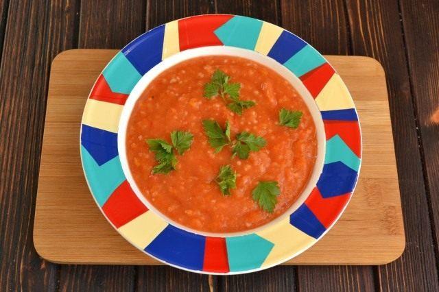 Посыпаем овощной суп-пюре свежей зеленью