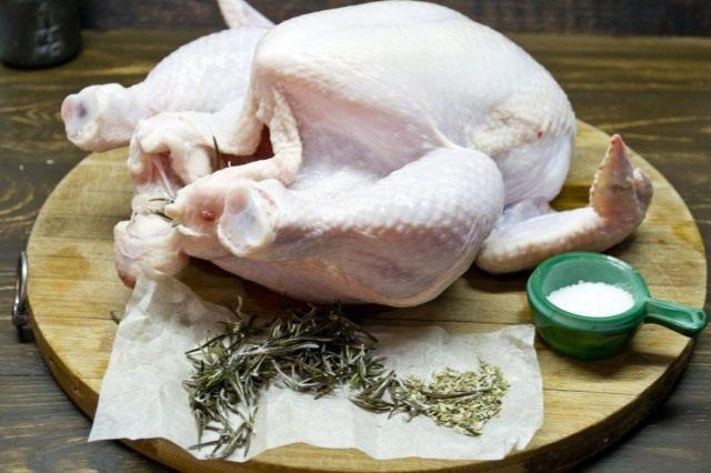 Натираем куриную тушку солью и специями