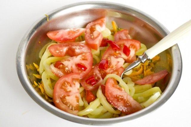 Нарезаем помидоры и ставим тушиться