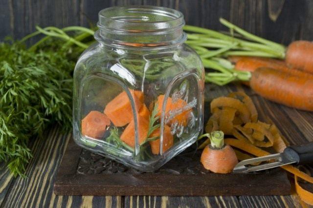Нарезаем морковь кружочками