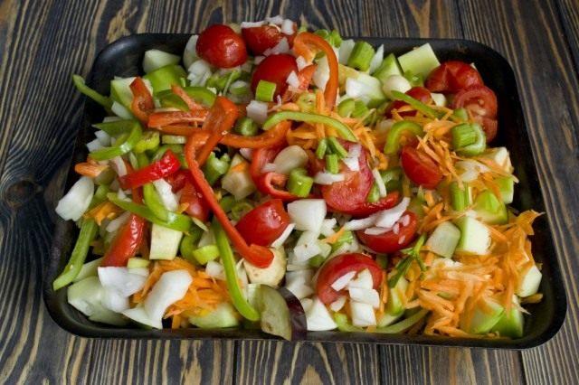 Выкладываем овощи на противень, добавляем специи, перемешиваем и ставим тушиться