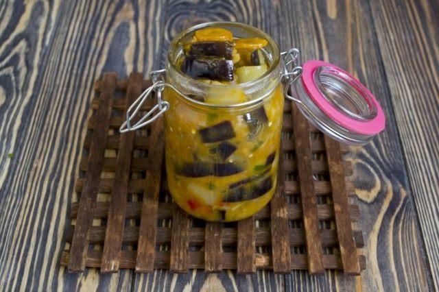 Готовый овощной салат из Баклажан с морковкой выкладываем в стерилизованные банки