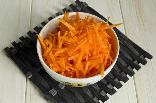 Нарезаем или натираем морковь