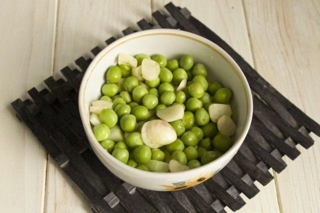 Подготавливаем зелёный горошек и нарезаем чеснок