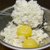 Смешиваем яичные желтки с творогом