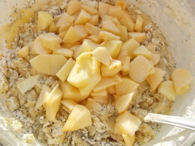 Добавляем яблоки в тесто и перемешиваем