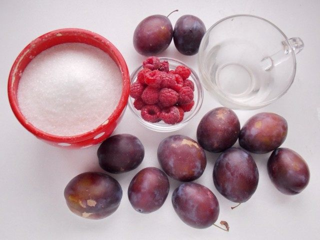 Ингредиенты для приготовления сливово-малинового варенья