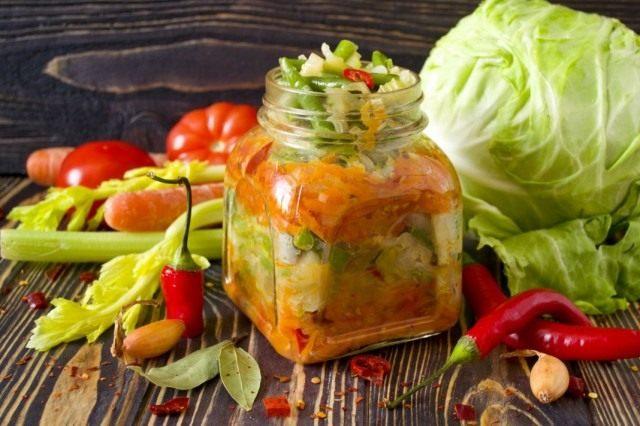 Слоёный салат из овощей на зиму