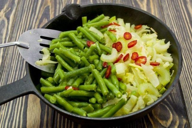 Добавляем зелёную фасоль, перец чили и соль