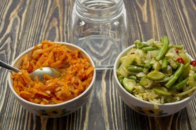Выкладываем салат слоями в стерилизованные банки