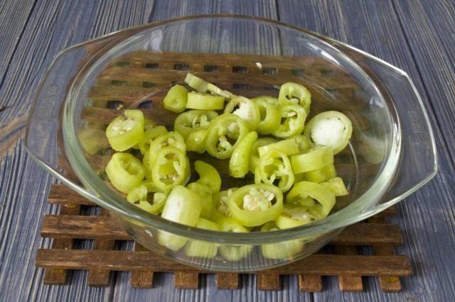Нарезаем зелёный острый перец