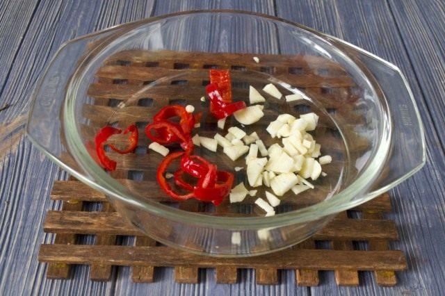 Нарезаем красный чили перец и чеснок