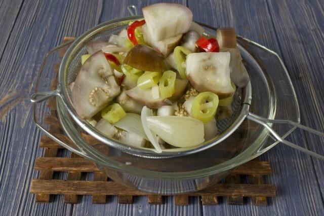 Бланшируем овощи и сливаем излишки воды
