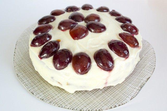 Украшаем торт засахаренной сливой