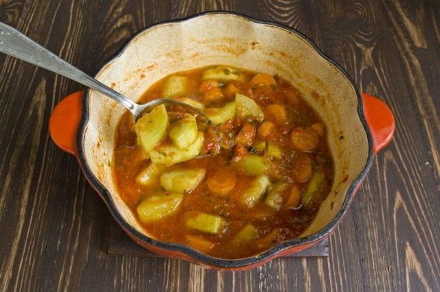 Тушим кабачки с морковью в овощном соусе
