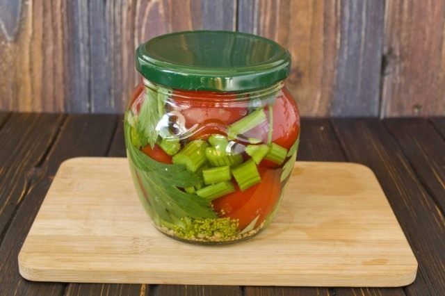 Заливаем овощи маринадом, прикрываем крышкой и ставим на пастеризацию
