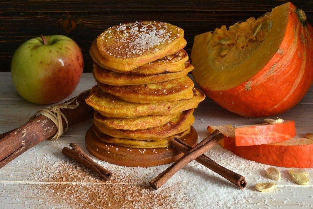 Оладьи с тыквой и яблоками