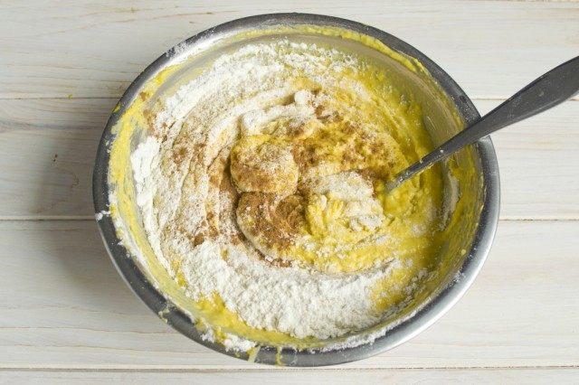 Добавляем корицу и замешиваем тесто для оладий с тыквой и яблоками