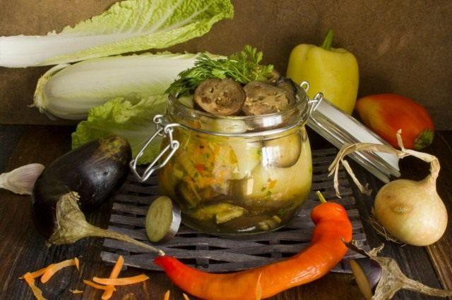 Овощное ассорти из фаршированного перца с баклажанами на зиму