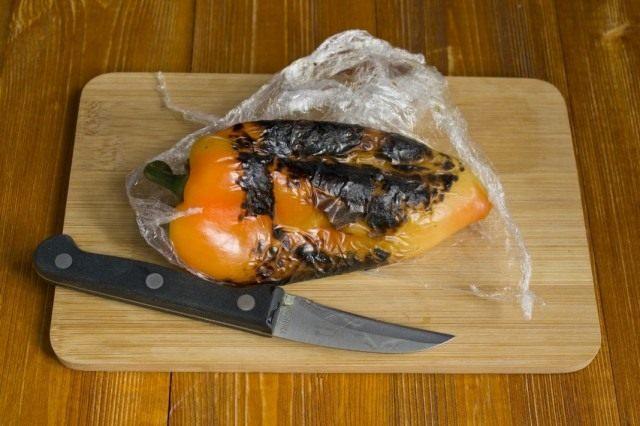 Бланшируем или обжариваем перец на огне