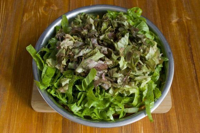 Нарезаем листовой салат
