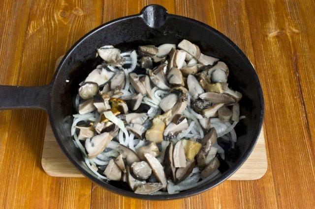 Обжариваем с луком заранее отваренные грибы