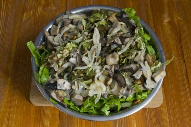 Выкладываем грибы в салатницу с овощами. Солим, приправляем специями и маслом