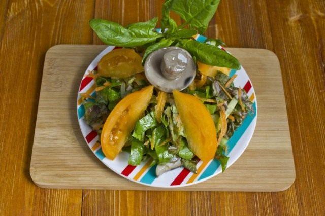 Постный салат с жареными грибами