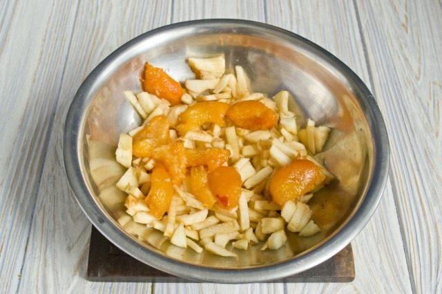 Очищаем и нарезаем яблоки и абрикосы