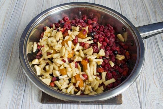 Смешиваем сироп и фрукты. Доводим до кипения
