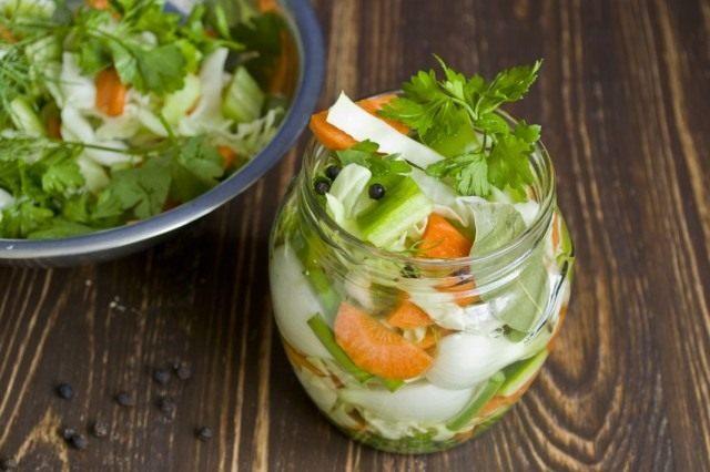 Выкладываем салат в банки, добавляем уксус и заливаем маринадом