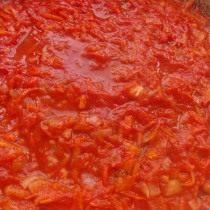 Часть обжаренных овощей заливаем томатной пастой