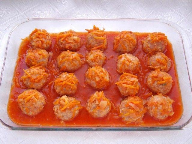 Заливаем тефтели томатной подливой