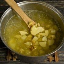 Нарезаем картофель и выкладываем вариться в бульон