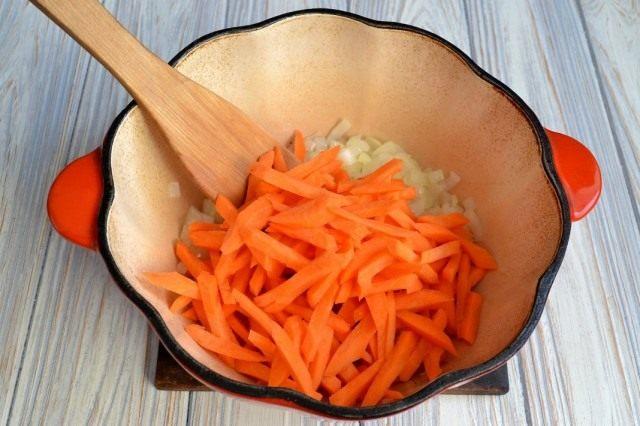 Обжариваем с луком морковь