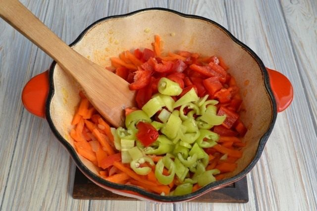 Обжариваем с овощами острый и сладкий перцы
