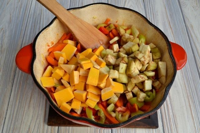 Нарезаем тыкву и баклажан, обжариваем с овощами